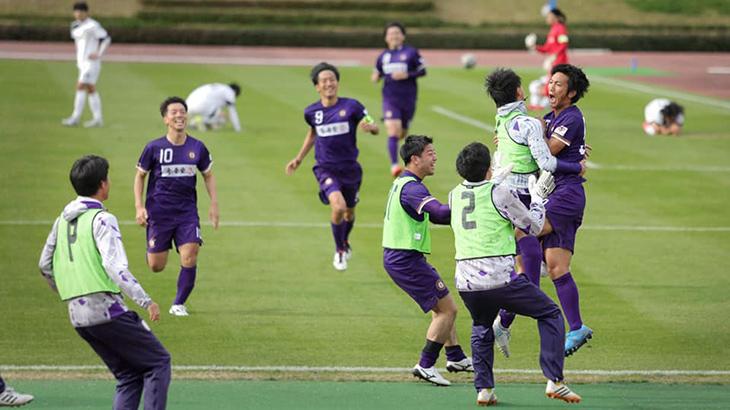 延長後半終了間際に得点を決めた#50岡本(右端)に駆け寄るチームメイト